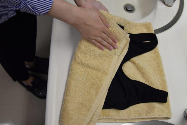 タオルで水気を切るブラ