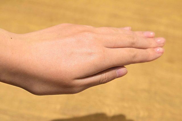 ホスピピュア1プッシュを手の甲に塗った様子